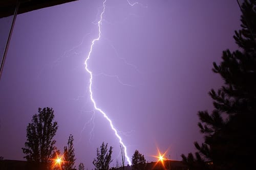 gescheiden vrouw bang voor onweer